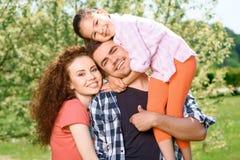 Família feliz em um piquenique Foto de Stock Royalty Free