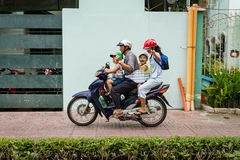 Família feliz em um velomotor Imagens de Stock