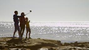 A família feliz está fazendo um selfshot em uma praia vídeos de arquivo
