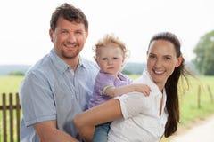 Família feliz exterior em um parque fotografia de stock royalty free