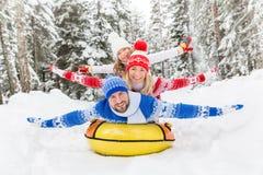 Família feliz exterior no inverno imagem de stock