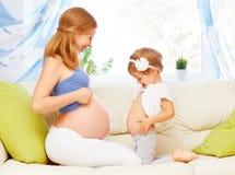 Família feliz A filha grávida da mãe e do bebê que tem o divertimento relaxa Fotos de Stock Royalty Free