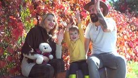 Família feliz junto na natureza amarela Pais com as crianças no campo Família alegre que tem o piquenique Fam?lia vídeos de arquivo