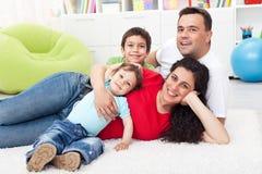 Família feliz junto no assoalho Fotografia de Stock
