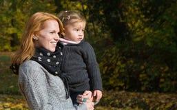 Família feliz: mãe com sua filha pequena que faz uma caminhada na Fotografia de Stock Royalty Free