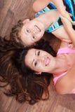 Família feliz Mãe e criança que encontram-se no assoalho home Imagens de Stock