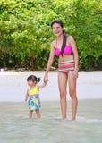 Família feliz - mãe e filha pequena do bebê na praia do mar foto de stock royalty free