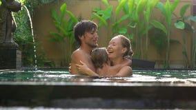 Família feliz - a mãe e o filho do pai têm o divertimento em sua piscina filme