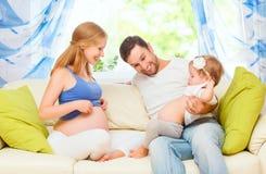 Família feliz mãe, pai, e filha grávidos da criança no hom Imagens de Stock