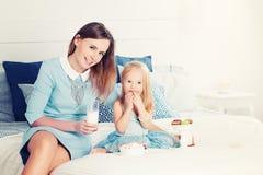 Família feliz Matriz e filha que têm o divertimento Mulher e criança Imagens de Stock Royalty Free