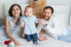 Família feliz na cama Fotografia de Stock Royalty Free