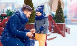 Família feliz na compra na cidade do inverno Imagem de Stock