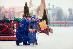 Família feliz na compra na cidade do inverno Fotos de Stock Royalty Free