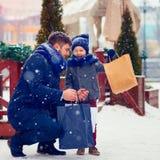 Família feliz na compra na cidade do inverno Fotos de Stock