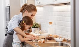 Família feliz na cozinha Cookies do cozimento da mãe e da criança Fotos de Stock