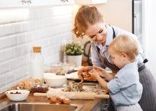 Família feliz na cozinha Cookies do cozimento da mãe e da criança Fotos de Stock Royalty Free