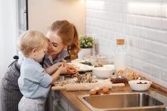 Família feliz na cozinha Cookies do cozimento da mãe e da criança Foto de Stock