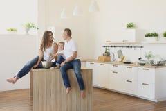 Família feliz na cozinha home que cozinha o alimento imagem de stock royalty free
