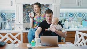 Família feliz na cozinha na manhã filme