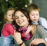 Família feliz na decoração de Christmass, de mãe, de filho e de filha imagem de stock
