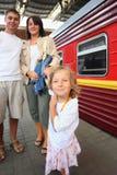 Família feliz na estação de comboio, foco na filha imagens de stock