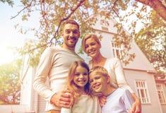 Família feliz na frente da casa fora foto de stock royalty free