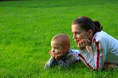 Família feliz na natureza imagem de stock royalty free