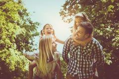 Família feliz na natureza fotografia de stock