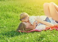 Família feliz na natureza a filha da mamã e do bebê está jogando no Imagem de Stock