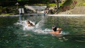 Família feliz na piscina filme