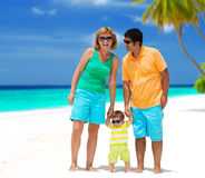 Família feliz na praia imagens de stock royalty free