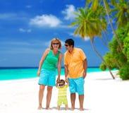 Família feliz na praia imagens de stock