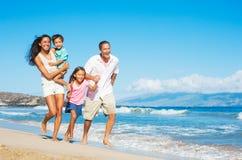 Família feliz na praia Fotografia de Stock Royalty Free
