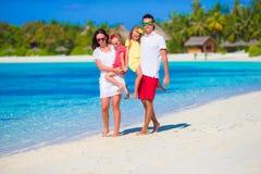 Família feliz na praia branca durante férias de verão Imagem de Stock
