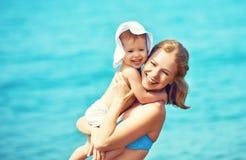 Família feliz na praia Filha da matriz e do bebê Fotos de Stock