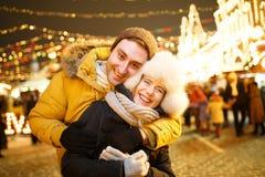 Família feliz na sessão fotográfica imagens de stock royalty free