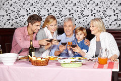 Família feliz na tabela de jantar Fotografia de Stock Royalty Free