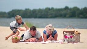 Família feliz nas férias que realaxing na praia filme