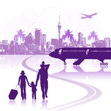 Família feliz no aeroporto, arquitectura da cidade ilustração royalty free