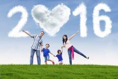 Família feliz no campo com números 2016 Imagem de Stock Royalty Free