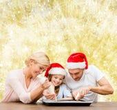 Família feliz no cozimento dos chapéus do ajudante de Santa Foto de Stock Royalty Free