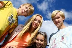 Família feliz no fundo do céu e das nuvens foto de stock royalty free