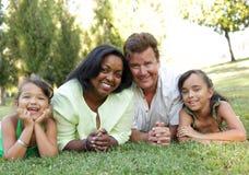 Família feliz no parque fotografia de stock