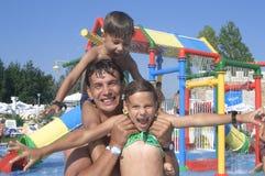Família feliz no parque da água Imagens de Stock
