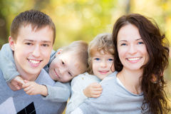 Família feliz no parque do outono imagens de stock