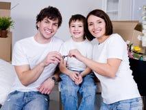 Família feliz no plano novo imagens de stock