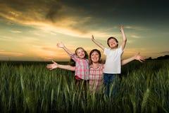 Família feliz no por do sol Fotografia de Stock Royalty Free