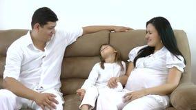 Família feliz no sofá video estoque