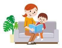 A família feliz no sofá leu o livro junto ilustração do vetor