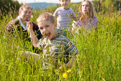 Família feliz no verão ao ar livre Fotografia de Stock Royalty Free